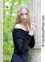jeune, blond, dans jardin