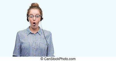 jeune, blond, téléopérateur, opérateur, femme, effrayé, dans choc, à, a, surprise, figure, effrayé, et, excité, à, peur, expression