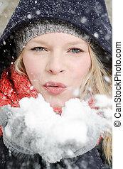 jeune, blonds, femme, coups, dans, a, poignée, de, neige