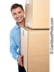 jeune, boîtes, tenue, sourire, carton, homme