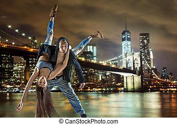 jeune, bond branché, coupler danse, sur, urbain, fond