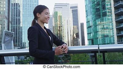 jeune, bras, femme affaires tient, sourire, financier, centre, traversé