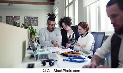 jeune, bureau, concept., groupe, start-up, conversation, businesspeople