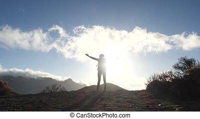 jeune, canari, montagnes, ciel, tendu, dame, beau, sac à dos, clouds., femme, fond, silhouette, islands., debout, bleu, bras