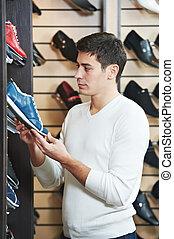 jeune, chaussure, choisir, magasin vêtements, homme