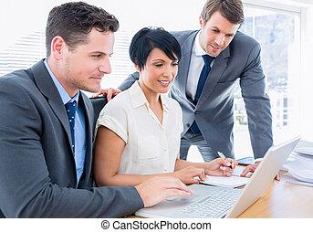jeune, collègues, portable utilisation, à, bureau bureau