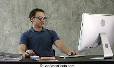 jeune, computer., bureau, devant, percé, homme