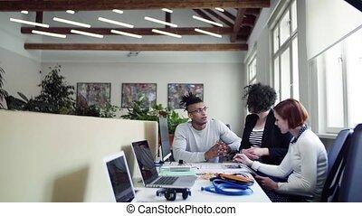 jeune, concept., bureau, conversation, groupe, businesspeople, start-up