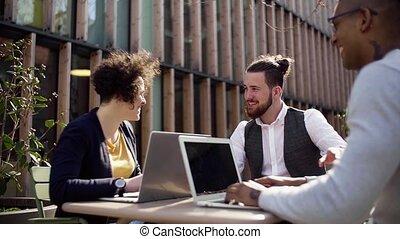 jeune, concept., groupe, cour, dehors, utilisation, start-up, businesspeople, ordinateur portable