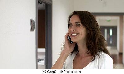 jeune, conversation, femme souriant