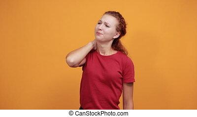 jeune, cou, chemise, femme, garder, rouges, grimace, douloureux, main