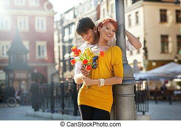 jeune couple, à, fleurs, dehors