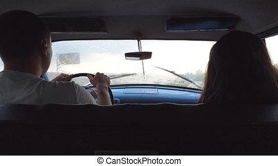 jeune couple, équitation, à, voiture d'époque, pendant,...