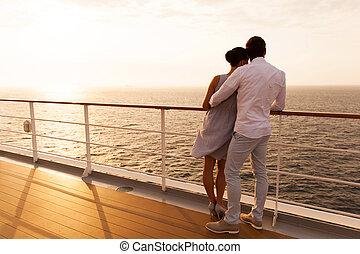 jeune couple, étreindre, à, coucher soleil, sur, bateau...