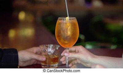 jeune couple, alcoolique, boire, boissons