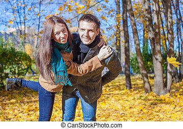 jeune couple, amusant, dans, automne, parc, sur, a, ensoleillé, diminuez jour
