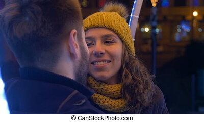 jeune couple, amusant, ensemble, dehors, dans, horaire hiver