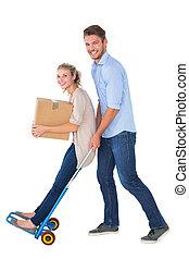 jeune couple, amusant, sur, en mouvement, chariot