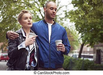 jeune couple, avoir café, dehors