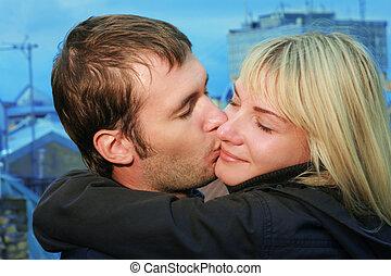 jeune couple, baisers, sur, a, toit, dans, une, vieux, ville...