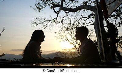 jeune couple, beau, fond, table café, coucher soleil