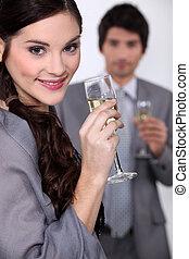 jeune couple, célébrer, événement, à, champagne