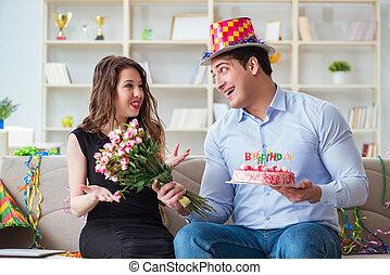jeune couple, célébrer, anniversaire, à, gâteau