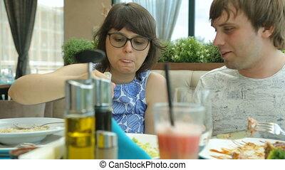 jeune couple, café