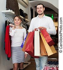 jeune couple, choisir, vêtements, à, boutique