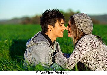 jeune couple, dans, campagne, projection, affection.