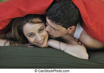 jeune couple, dans lit