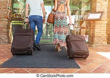 jeune couple, debout, à, couloir hôtel, sur, arrivée,...