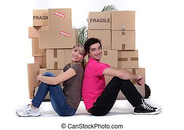 jeune couple, en mouvement, ensemble