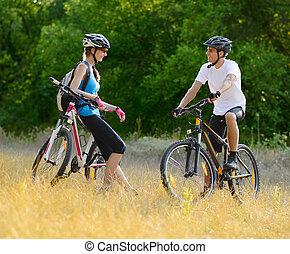 jeune, couple heureux, équitation, vélo tout terrain,...