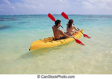 jeune couple, kayaking, dans, hawaï