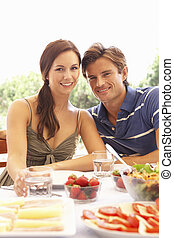 jeune couple, manger dehors