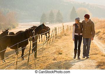 jeune couple, marche, dans, les, cheval, ferme