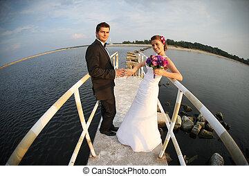 jeune, couple marié, et, les, vue mer