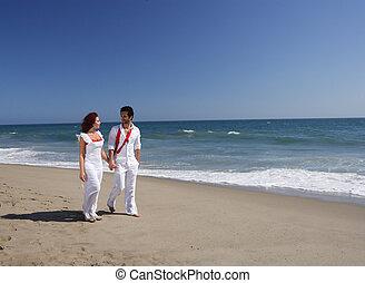 jeune couple, plage, marche, quoique, tenant mains