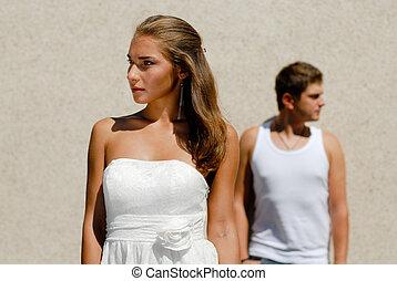 jeune couple, regarder dans, opposé, directions