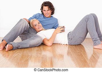 jeune couple, reposer ensemble