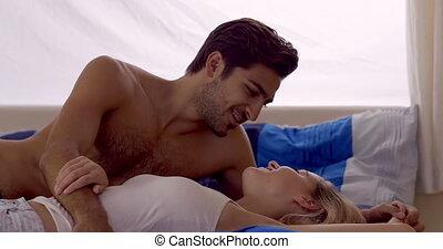 jeune couple, situer dans lit, conversation