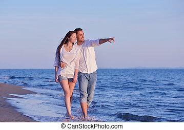 jeune couple, sur, plage, amusez-vous