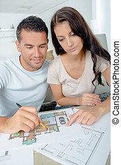 jeune couple, vérification, architecture, plans