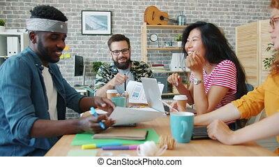 jeune, discuter, groupe, bureau, hommes, concepteurs, idées, conversation, femmes
