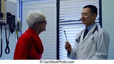 jeune docteur, asiatique, patient, fourchette, mâle, clinique, 4k, accord, examiner, personne agee