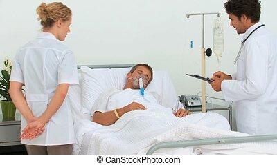 jeune docteur, patient, deux, visiter