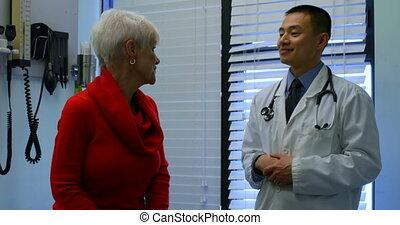 jeune docteur, stéthoscope, asiatique, patient, mâle, clinique, 4k, examiner, personne agee
