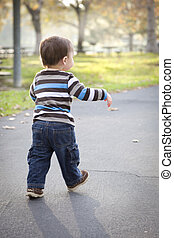 jeune, dorlotez garçon, marche parc