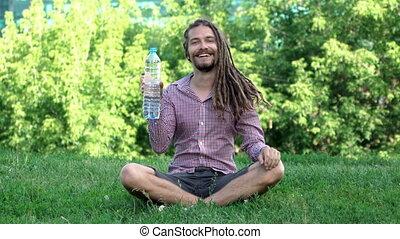 jeune, dreadlocks, bouteille eau, boire, homme